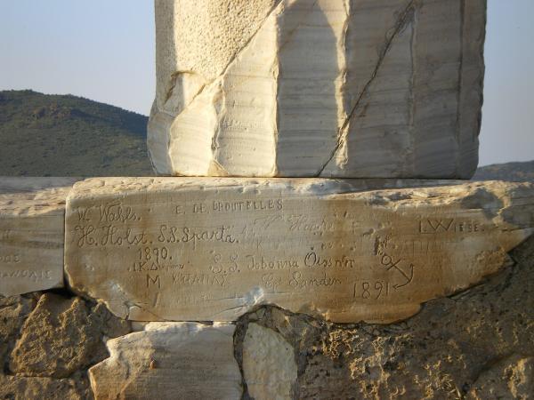 Надписи любителей автографов с колонны храма Посейдона