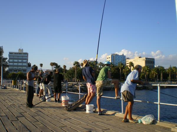 Рыбаки на лимассольском пирсе