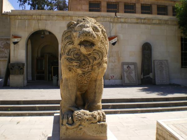 Лев во дворе Национального музея в Дамаске