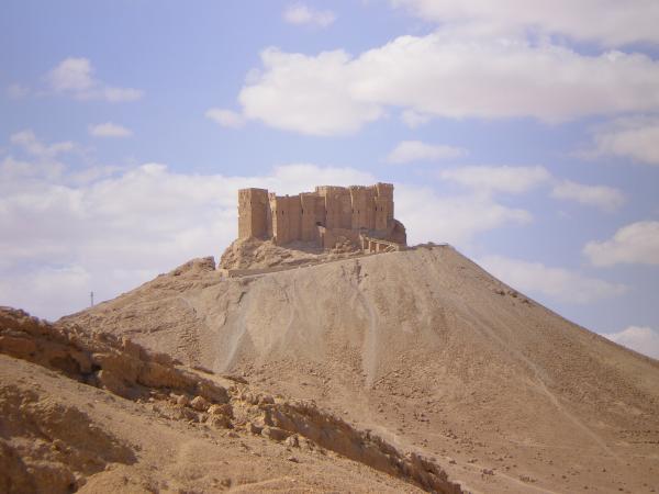 Арабская крепость возвышается над развалинами Пальмиры