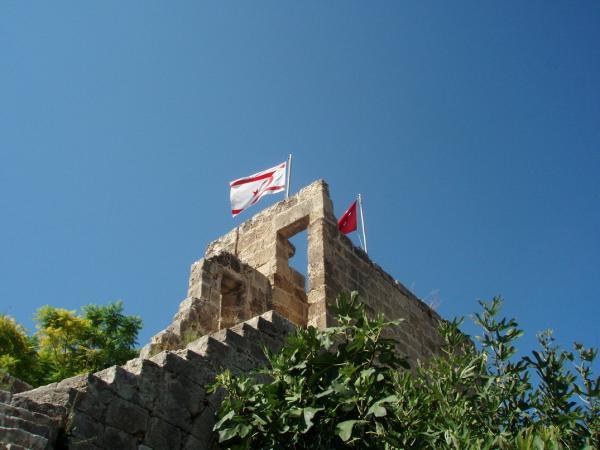 Флаги Северного Кипра и Турции в аббатстве Беллапаис