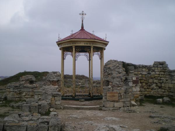 На развалинах Уваровской базилики