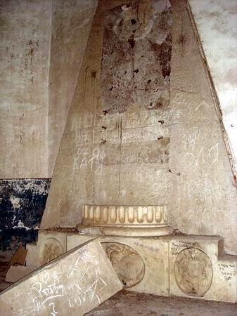 Монумент над склепом генерала