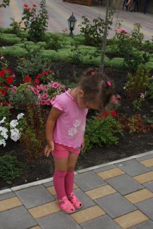 В розовом на фоне роз.
