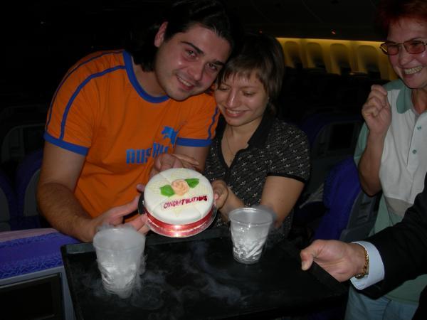 Экипаж Эмитат-эрлайнз поздравляет с Медовым месяцем.