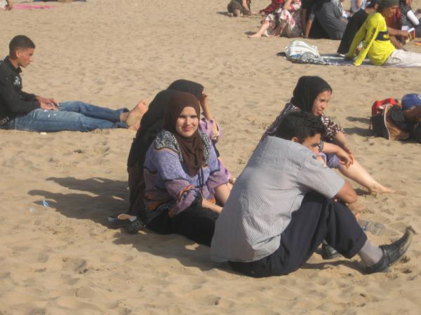 На пляжу, на пляжу я одетая сижу