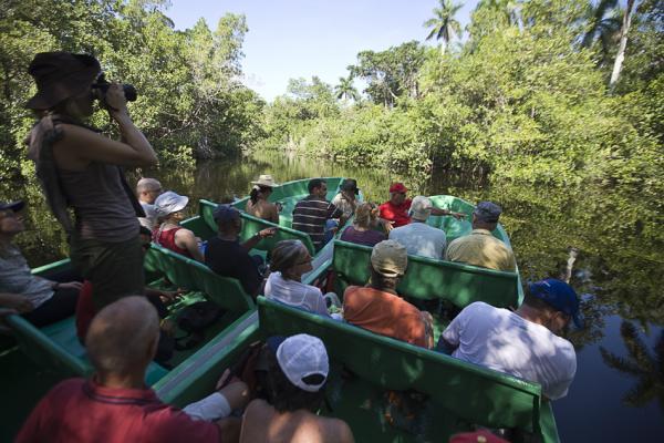 Туристы из разых стран мира слушают рассказ гида
