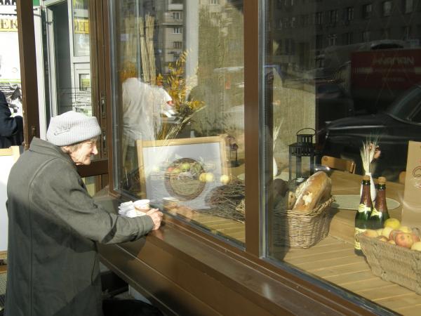 Эта бабуля не бомж. Женщина стояла и смотрела с улицы на французские булки. Пробовала ли она когда либо дорогой хлеб?