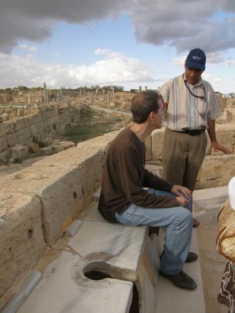 Туалет в древнеримском городе Сабрата
