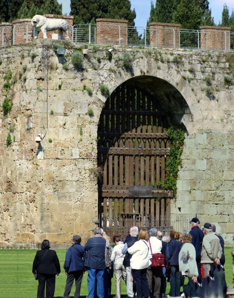 Посетители посещают места для посещения посетителями